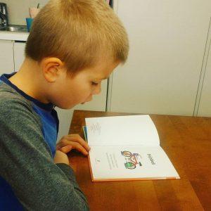 Oppilas lukee kirjaa